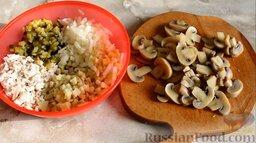 """Салат """"Ананас"""" с шампиньонами: Как приготовить салат с маринованными шампиньонами:    Заранее отварить куриную грудку и картофель в подсоленной воде до готовности. Куриное яйцо сварить вкрутую. Мелкими кубиками нарезать картофель, куриную грудку, яйцо, лук и огурцы. Все соединить в глубокой емкости. Маринованные шампиньоны (лучше взять грибы примерно одного размера) нарезать вдоль пластинами."""