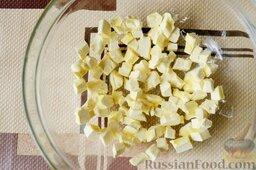 Сливовый тарт: Как приготовить тарт со сливами:    Охлажденное масло порежьте на мелкие кубики. Если масло подтаяло, отправьте его в морозильную камеру на 10 минут.