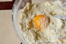 Сливовый тарт: Сделайте углубление и добавьте желток, продолжая смешивать тесто ложкой.