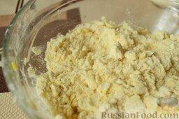 Сливовый тарт: Получается рассыпчатая желтая масляно-мучная смесь.