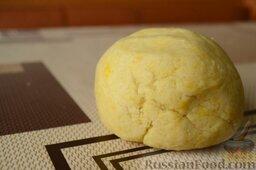 Сливовый тарт: Смешайте воду и лимонный сок, понемногу добавляйте в тесто и смешивайте. После того, как вольется вся жидкость, тесто легко формируется в эластичный комок. Заверните его в пленку и положите в холодильник на 30 минут.