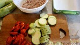 Кабачки, запеченные в духовке, с фаршем и рисом: Как приготовить кабачки, запеченные в духовке с фаршем и рисом:    Отварить рис и смешать с мясным фаршем, посолить, поперчить и перемешать. Кабачки нарезать кружочками толщиной 5 мм. Помидоры нарезать более тонкими кружочками.