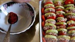 Кабачки, запеченные в духовке, с фаршем и рисом: На каждый кабачковый кружочек выложить 1 ст. ложку фарша, сверху поместить кружочек помидора. В таком виде кабачки плотно уложить на противень боковыми поверхностями кверху.   В отдельную миску выложить томатную пасту.