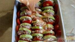 Кабачки, запеченные в духовке, с фаршем и рисом: Залить подготовленной смесью кабачки с фаршем и помидорами. Отправить в разогретую духовку на 35 минут.