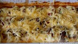 Кабачки, запеченные в духовке, с фаршем и рисом: За 5-7 минут до готовности посыпать кабачковую запеканку тертым сыром и снова поставить противень в духовку.