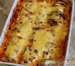 Кабачки, запеченные в духовке, с фаршем и рисом: Подавайте запеканку с кабачками и мясом горячей.   Готовьте с удовольствием!