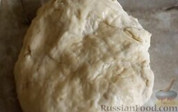 Дрожжевой пирог с творожно-тыквенной начинкой: Приготовить дрожжевое тесто. Для этого в молоко добавить сахар и дрожжи. Поставить в теплое место, чтобы дрожжи полностью растворились. Муку смешать с солью, влить молоко и замесить тесто. Добавить растительное масло. Поставить в теплое место, чтобы тесто подошло.