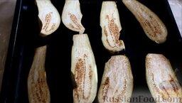 Котлеты из свинины с баклажанами, запеченные в духовке: Как приготовить котлеты из свинины с баклажанами, запеченные в духовке:    Баклажаны помыть, разрезать на 2 части, при необходимости вырезать темные участки и выложить на смазанный растительным маслом противень.