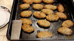 Котлеты из свинины с баклажанами, запеченные в духовке: Отправить противень в разогретую до 200 градусов духовку на 20 минут. Через 10 минут котлеты нужно перевернуть.