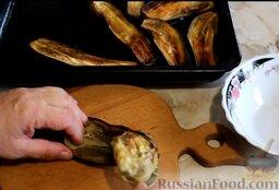 Котлеты из свинины с баклажанами, запеченные в духовке: Затем очистить баклажаны от кожуры (удобнее это делать столовой ложкой). Кожура для приготовления котлет не понадобится.