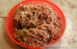 Котлеты из свинины с баклажанами, запеченные в духовке: Следующий шаг - приготовление фарша. Для этого баклажаны, мясо, лук и чеснок перекрутить через мясорубку.