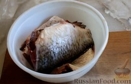 Биточки рыбные (из карася), запеченные в духовке: Как приготовить биточки рыбные в духовке:    Первым делом нужно очистить рыбу от чешуи, удалить внутренности, отрезать голову, хвост и плавники.