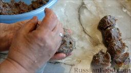 Биточки рыбные (из карася), запеченные в духовке: Смочить руки водой, чтобы легче было формировать биточки. Сделать заготовки для биточков.