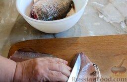 Котлеты рыбные (из карася): Затем нужно отделить рыбное филе от костей. Проще всего сначала удалить хребет, а затем ножом срезать большие рёберные кости. Мелкие кости можно не извлекать.