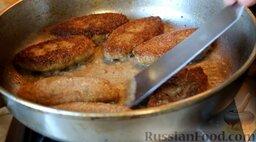 Котлеты рыбные (из карася): Перевернуть и обжарить с другой стороны в течение 1 минуты.