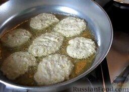 Капустные оладьи на кефире: В разогретое растительное масло ложкой выложить тесто для оладушек. Жарить капустные оладьи на кефире на умеренном огне 2 минуты.