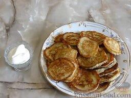 Капустные оладьи на кефире: Капустные оладьи подавать со сметаной.