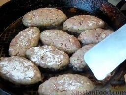 Мясные котлеты с кабачками: Мясные котлеты с кабачками выложить в горячее растительное масло и жарить на умеренном огне 2 минуты.