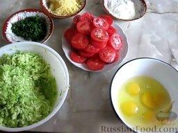 Запеканка из кабачков, с фаршем и помидорами: Кабачки натереть на мелкой терке, посолить и отжать сок. Помидоры нарезать кружочками. Сыр натереть на терке. Зелень измельчить.