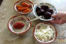 Икра из свеклы: Подготовить ингредиенты для свекольной икры. Свеклу отварить (это займет 1 час), сразу залить ее холодной водой. Морковь отварить до готовности в течение 30 минут. Вареные корнеплоды остудить и очистить от кожуры. Лук почистить, помыть и крупно нарезать.