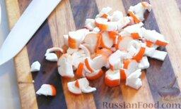 Салат с крабовыми палочками и фасолью: Как приготовить салат с фасолью и крабовыми палочками:    Крабовые палочки нарезаем кубиком и выкладываем в салатник.