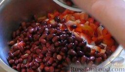 Салат с крабовыми палочками и фасолью: Сливаем воду из банки с консервированной фасолью и промываем её. Затем добавляем фасоль в салатник.
