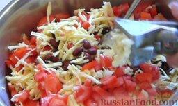 Салат с крабовыми палочками и фасолью: Выдавливаем чеснок.