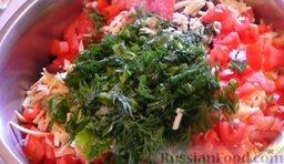 Салат с крабовыми палочками и фасолью: Добавляем немного соли и измельчённую зелень по вкусу.