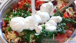 Салат с крабовыми палочками и фасолью: Добавляем майонез. Перемешиваем.   Салат с фасолью и крабовыми палочками готов.