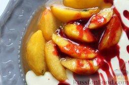 Десерт из персиков с ликером: Завершаем десерт из персиков соусом из красной смородины - поливаем красиво десертной ложкой на персики с мороженым.