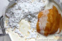 Десерт из персиков с ликером: Для мягкого мороженого потребуются очень жирные сливки (от 33%), один персик из общего количества и сахарная пудра. Взбиваем в блендере все компоненты, пока масса не увеличится вдвое.