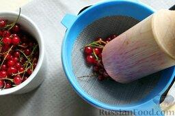 Десерт из персиков с ликером: Для соуса из красной смородины ягоды промываем и перетираем через сито.
