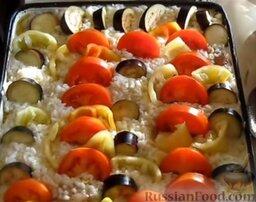 Запеканка рисовая с куриной грудкой и овощами: Перец очистить от семян, нарезать крупными кусочками и выложить поверх риса произвольным образом.