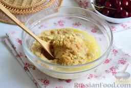 Вишнёвый чизкейк (в мультиварке): Полученную крошку мы соединим в глубокой миске с растопленным сливочным маслом. Перемешаем.
