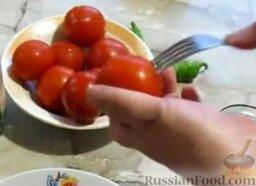Малосольные помидоры и огурцы (горячий способ): Прежде чем поместить помидоры в банку, их нужно проткнуть вилкой в нескольких местах, чтобы они быстро промалосолились.