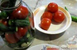 Малосольные помидоры и огурцы (горячий способ): Помидоры поместить в банку, чередуя их с оставшимися огурцами.