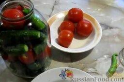 Малосольные помидоры и огурцы (горячий способ): Сверху поместить острый перец.