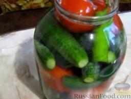 Малосольные помидоры и огурцы (горячий способ): Воду соединить с солью и вскипятить. Залить кипящим рассолом. (Если рассола не достаточно, чтобы полностью покрыть овощи, долить кипятка.)