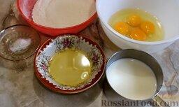 Рисовые блины без сахара, с творогом и бананом: Подготовить ингредиенты для рисовых блинов. Чтобы сделать рисовую муку, нужно замочить рис в воде на 4-5 часов, затем хорошо осушить, измельчить с помощью кофемолки или блендера и просеять. Молоко должно быть тёплым.