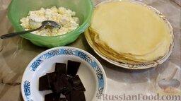 Рисовые блины без сахара, с творогом и бананом: Подготовить ингредиенты для начинки. Шоколад поломать на небольшие кусочки. Бананы очистить от кожуры.