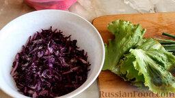 Салат из краснокочанной капусты с огурцом и редисом: Как приготовить салат из краснокочанной капусты с огурцом и редисом:    Порезать овощи мелкой соломкой. Посолить капусту. Нарезать зелень.