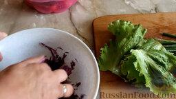 Салат из краснокочанной капусты с огурцом и редисом: Помять капусту, чтобы сделать её мягче. Перемешать нарезанные овощи.