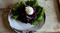 Салат из краснокочанной капусты с огурцом и редисом: Заправить салат сметаной.  Вкусный салат из краснокочанной капусты с огурцом и редисом готов.