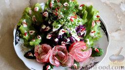 Салат из краснокочанной капусты с огурцом и редисом: Украсить капустный салат зеленью и розочками из редиса.