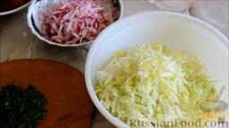 Салат из ранней капусты с редисом: Как приготовить салат из ранней капусты с редисом:    Капусту мелко нашинковать, редис нарезать соломкой, укроп измельчить.