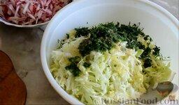Салат из ранней капусты с редисом: В миску с капустой добавить укроп, посолить, поперчить, заправить растительным маслом и уксусом.