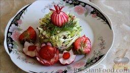 Салат из ранней капусты с редисом: Подавать салат из ранней капусты, украсив редисом и замороженной клубникой.