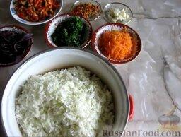Малосольная капуста: Как приготовить малосольную капусту быстрого приготовления:    Капусту мелко нашинковать (я это делала с помощью кухонного комбайна). Морковь почистить, помыть и натереть на крупной терке. Сладкий перец очистить от семян, помыть и нарезать небольшими полосками. Острый перец очистить от семян и очень мелко нарезать. Зелень петрушки измельчить ножом. Чеснок почистить, помыть и нарезать тонкими пластинами.