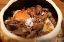 Куриные сердечки с овощами и грибами (в горшочке): Все подготовленные овощи разложить в 6 горшочков, разделить обжаренные с луком и томатом куриные сердечки и грибы.
