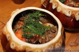 Куриные сердечки с овощами и грибами (в горшочке): Положить в каждый горшочек измельченный укроп, соль (по 0,25 ч.л.), смесь приправ.